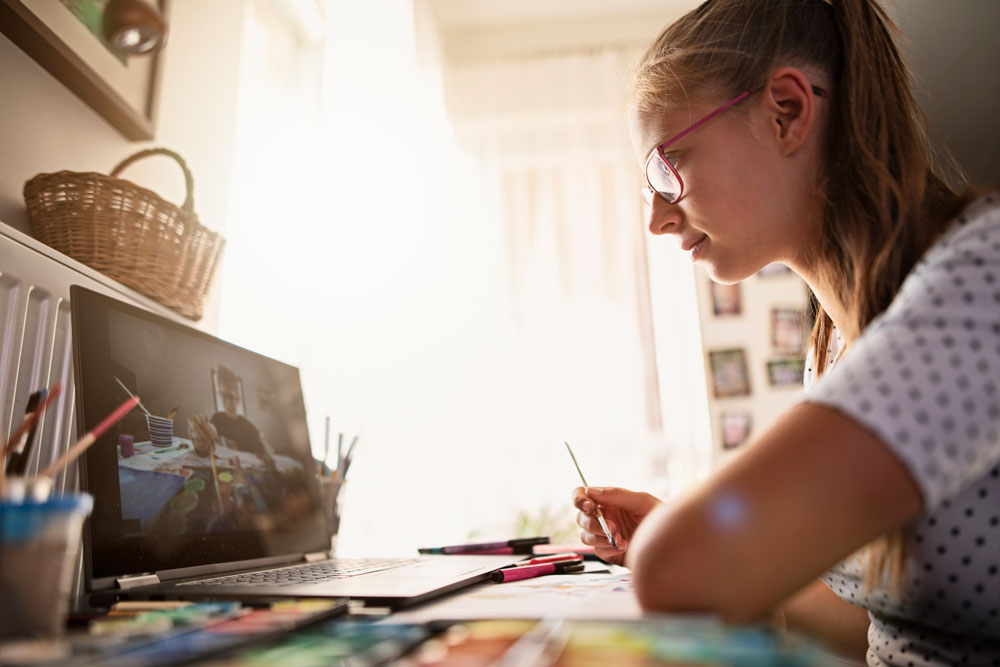 Young woman follows online art tuition
